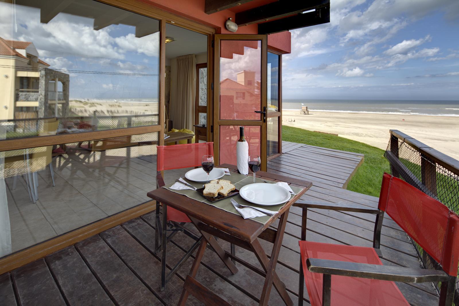 Terraza con vistas al mar del hotel Alta Playa en las gaviotas