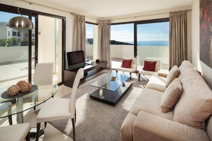 salon con ventanale, fotografo andreas grunau, fotografo para inmobiliaria, real estate photographer, atico en marbella
