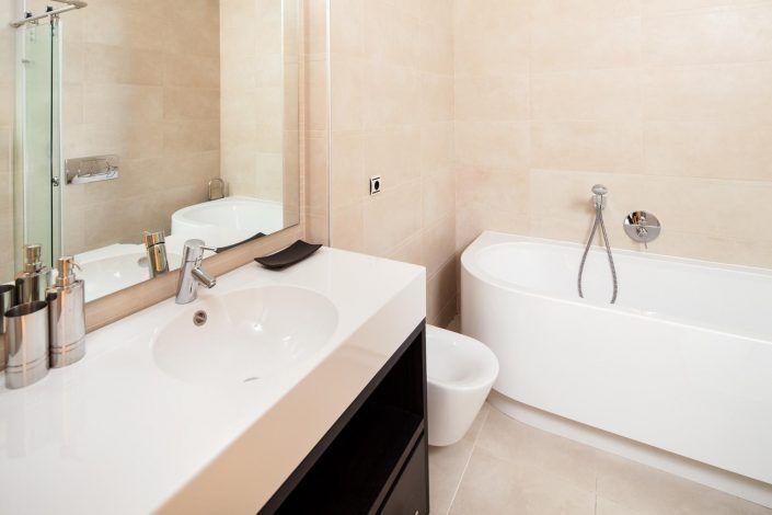 baño de diseño, andreas grunau, fotografo para inmobiliaria, real estate photographer, atico en marbella