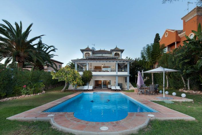 fotografo andreas grunau, piscina exterior, villa de lujo, real estate photographer, photographer in marbella, Villa with swimming pool