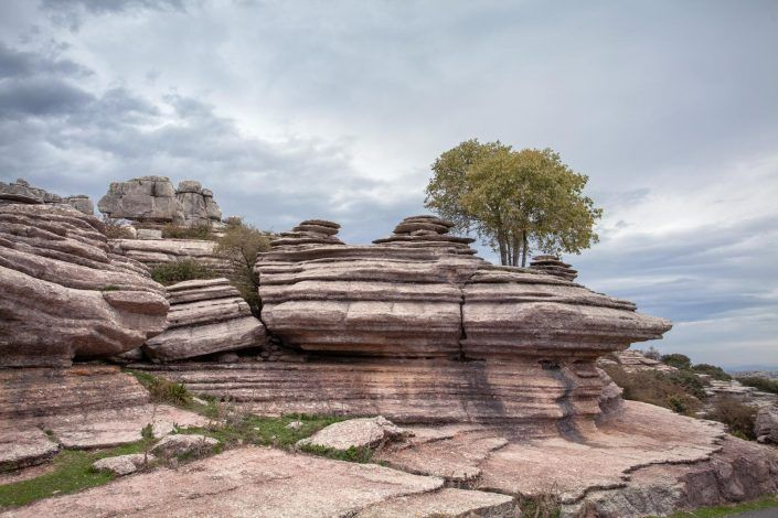 formación rocosa en camino de acceso al torcal de antequera
