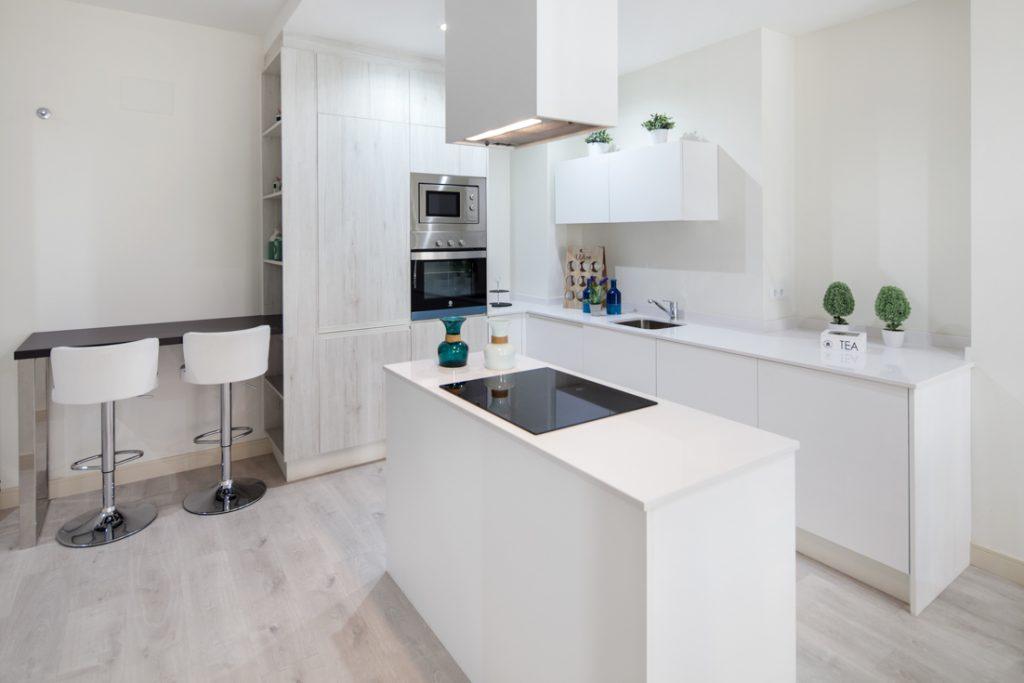 ideas decoración de interiores, cocina moderna, cocina con isla central, cocina blanca